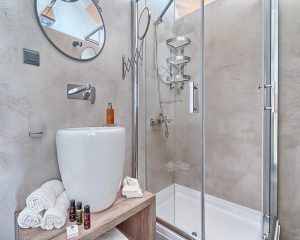 Treehouse bathroom Golden Haven resort